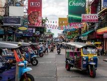 曼谷,泰国- 2018年8月19日:Khao圣路、著名旅游目的地和普遍的游人在曼谷,有便宜的 免版税库存图片