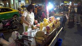 曼谷,泰国- 2017年12月22日:Khaosan路夜 人们走 股票视频
