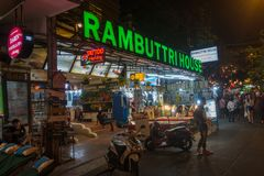 曼谷,泰国- 2017年12月23日:Rambuttri胡同在晚上,接近Khaosan路的一条普遍的食物街道和著名区f 库存图片