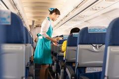曼谷,泰国- 2019年6月27日-曼谷航空空服员对乘客的服务食物在船上 免版税库存照片