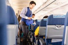 曼谷,泰国- 2019年6月27日-曼谷航空空服员对乘客的服务饮料在船上 库存图片