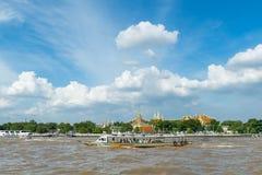 曼谷,泰国- 2017年8月13日 游客旅行乘小船 免版税库存图片