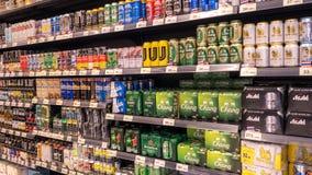 曼谷,泰国- 2018年1月14日-:饮料架子、国内和进口的啤酒罐和瓶在超级maket在泰国 图库摄影