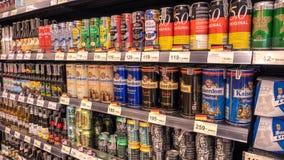 曼谷,泰国- 2018年1月14日-:饮料架子、国内和进口的啤酒罐和瓶在超级maket在泰国 免版税库存图片