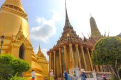 曼谷,泰国- 2014年4月29日 Phra Mondop,鲜绿色菩萨,曼谷,泰国的寺庙的图书馆 库存图片