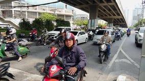曼谷,泰国- 2019-03-17 -摩托车拥挤对前面在交通交叉点 影视素材