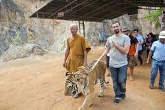 曼谷,泰国- 2014年2月:有老虎寺庙的人们 免版税库存图片