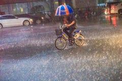 曼谷,泰国- 7月6 2017年:一个人赶走自行车u 免版税库存照片