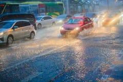 曼谷,泰国- 7月6 2017年:驾驶汽车通过重 库存图片