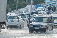 曼谷,泰国- 2011年10月31日汽车在泥和飞溅,自然灾害洪水的概念黏附了在所有路的 免版税图库摄影