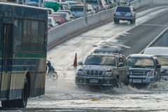 曼谷,泰国- 2011年10月31日汽车在泥和飞溅,自然灾害洪水的概念黏附了在所有路的 库存图片