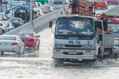 曼谷,泰国- 2011年10月31日汽车在泥和飞溅,自然灾害洪水的概念黏附了在所有路的 库存照片