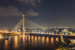 曼谷,泰国11月16日,在微明的Rama VIII桥梁在曼谷 库存图片