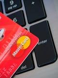 曼谷,泰国- 2016 6月23日,红色与万事达卡商标的信用卡在键盘 免版税库存照片