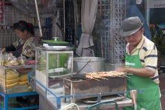 曼谷,泰国- 9月17日:一个摊贩在S的唐人街 库存照片
