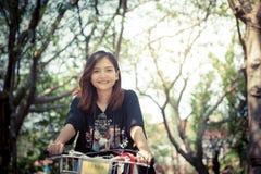 曼谷,泰国- 2017年2月19日:一名年轻亚裔妇女/tr 库存图片
