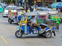 曼谷,泰国- 2016年10月2日:三在曼谷转动tuk在一条街道上的tuk出租汽车在2016年10月2日的泰国首都, Th 库存图片