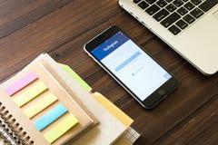 曼谷,泰国- 2017年3月05日:与Instagram应用的苹果计算机iPhone在屏幕上 Instagram是照片分享的app 免版税库存照片
