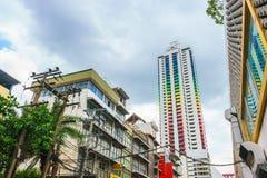 曼谷,泰国- 2017年6月3日:五颜六色的修造的Baiyoke塔我有多云背景,看从Rajaprarop路在曼谷 库存图片