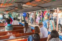 曼谷,泰国- 2015年5月12日:人们乘小船旅行在曼谷,泰国 晁Phraya是一条主要河在泰国 免版税图库摄影