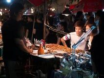 曼谷,泰国- 2016年11月14日:人们买油煎的昆虫在Loy Kratong节日曼谷,泰国的夜市场上 库存图片