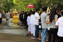 曼谷,泰国- 2016年10月18日:人们在最后佛教被借的天的排队在寺庙 在那里对佛教徒的被投入的食物前 库存图片