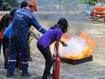 曼谷,泰国- 2016年10月11日:人们在消防训练实践 图库摄影