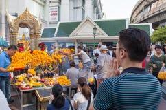 曼谷,泰国- 2015年9月26日:人们支付respec 库存图片