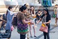 曼谷,泰国- 2015年9月26日:人们支付respec 免版税图库摄影