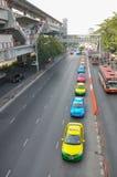 曼谷,泰国- 2012年12月29日:出租汽车司机等待在街道上的乘客在队列线 免版税库存照片