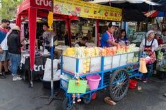 曼谷,泰国- 2017年2月19日:卖在推车a的人果子 免版税图库摄影