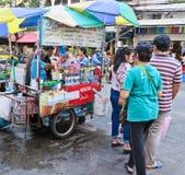 曼谷,泰国- 2016年10月2日:咖啡在街道上的推车摊位在sampeng市场上 免版税库存照片