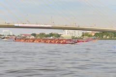 曼谷,泰国2015年12月20日:在全速的两个乘舟组 库存图片
