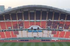 曼谷,泰国- 2016年12月8日:在决赛前的未认出的泰国支持者对夜在Rajamangala体育场内 库存照片