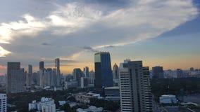 曼谷,泰国- 2016年11月14日:在日落前的都市风景在冬天, Sathorn,曼谷,泰国 曼谷在twilig的都市风景视图 库存照片