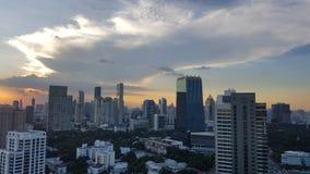 曼谷,泰国- 2016年11月14日:在日落前的都市风景在冬天, Sathorn,曼谷,泰国 曼谷在twilig的都市风景视图 免版税库存图片