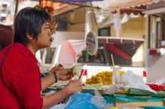 曼谷,泰国- 2017年2月14日:在曼谷开花市场名字朴Klong Talad 画象泰国妇女做 库存照片