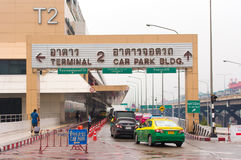 曼谷,泰国- 2016年11月28日:在机场附近 汽车在机场 复制文本的空间 库存图片