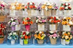 曼谷,泰国- 2017年1月30日:在标记的销售塑料花 库存照片
