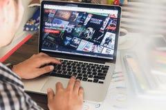 曼谷,泰国- 2017年3月05日:在膝上型计算机屏幕上的Netflix app Netflix是wa的一项国际主导的订阅服务 免版税库存照片