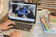 曼谷,泰国- 2017年3月05日:在膝上型计算机屏幕上的Paypal网页 是一个普遍和国际方法汇款vi 免版税库存照片