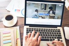 曼谷,泰国- 2017年3月05日:在膝上型计算机屏幕上的Paypal网页 是汇款一个普遍和国际方法  库存图片