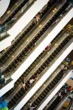 曼谷,泰国- 2013年9月12日:在自动扶梯的人群在Terminal21商城 库存照片