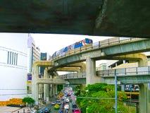 曼谷,泰国- 2008年6月30日:在连接点的交通在MBK商城附近 库存照片