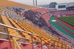 曼谷,泰国- 2016年12月8日:在AFF SUKUKI杯前的未认出的泰国支持者配比对在Rajamangala stadi的夜 库存照片