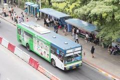 曼谷,泰国- 2015年11月07日:在b的公共交通工具公共汽车 库存照片