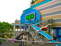 曼谷,泰国- 2008年6月30日:在MBK商城的连接点的交通 库存图片
