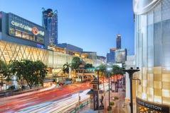 曼谷,泰国- 2016年6月14日:在Rajaprasong交叉点, Pratunam,曼谷的中央世界购物中心 免版税库存图片