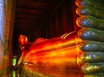曼谷,泰国- 2008年6月30日:在Wat Pho寺庙的斜倚的菩萨金雕象 免版税库存照片