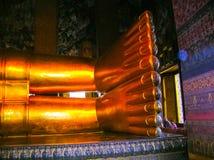 曼谷,泰国- 2008年6月30日:在Wat Pho寺庙的斜倚的菩萨金雕象 库存图片